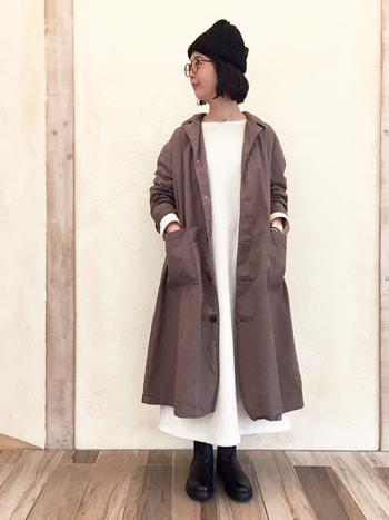 シンプルなホワイトワンピースはロングコートよりも少し長めの丈です。コートの方が短いとワンピースが背景のようになって、キュートな雰囲気になります。
