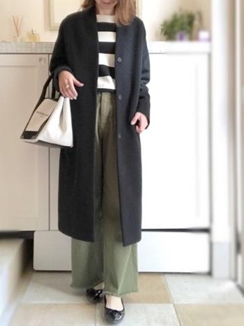 ワイドパンツに黒のパンプスを合わせてきちんと感をアップ。すとんとしたシルエットなので、着やせして見えますね。
