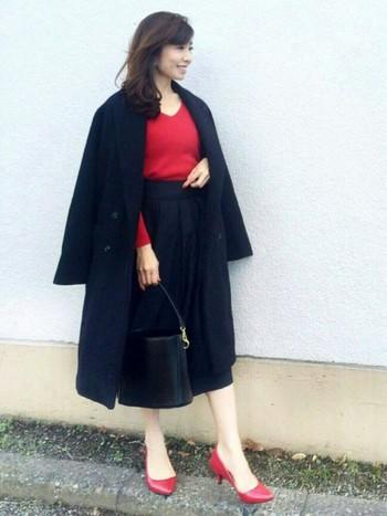 赤を挿し色にしてインパクトのある大人っぽい雰囲気に。ロングコートも肩から羽織ると、少し軽さをプラスできます。