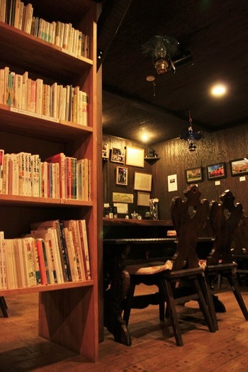 詩人の谷川俊太郎さんがセレクトした本が揃うなど、読書好きにおすすめ。氏は、「喫茶ランプを支える会」の会長さんだそう♪