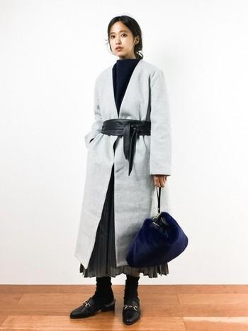 やわらかな質感のプリーツスカートに、ノーカラーのロングコートを合わせました。サッシュベルトをしめてウエストマークしたら、トレンド感たっぷりです。