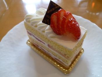 甘みと酸味のバランスのとれたイチゴ、軽いスポンジと生クリームの「ガトーフレーズ」。すっきりとした食感のケーキです。