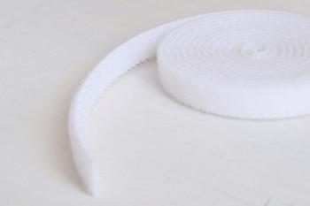 マジックテープになっている配線ベルトを使うのもいいですね。こちらは100円ショップのダイソーのものです。
