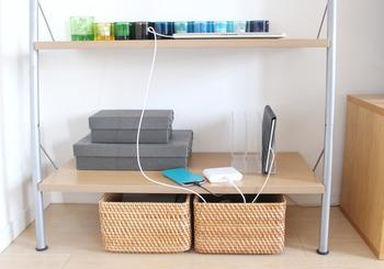 棚を充電ステーションにしています。パソコンやタブレットなど大きめのデジタル機器は落下の恐れのない広い場所で充電したいですよね。