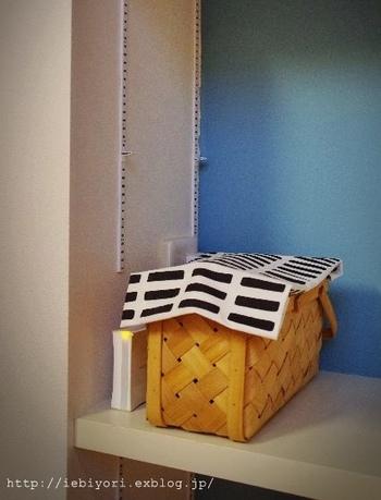 さらにすっきりさせるために、北欧風の布を籠の上にかけています。これなら、籠より背の高い機器もきちんと隠すことができますね。