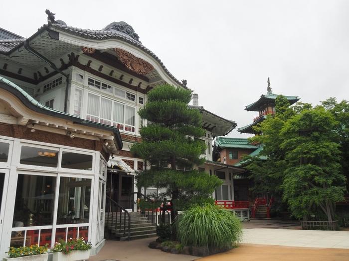 明治11年創業の富士屋ホテルは、130年以上の歴史を誇ります。チャールズ・チャップリン、ジョン・レノンとオノ・ヨーコ夫妻、ヘレン・ケラーや三島由紀夫、ダグラス・マッカーサーなども宿泊したことがある老舗。チャップリンが宿泊した部屋に泊まり、チャップリンにちなんだ特典の付いた「CHAPLIN'S ROOMご宿泊プラン」もあります。和洋折衷のクラシカルな雰囲気が若い世代にも魅力的で、結婚式場としても人気だそうです。