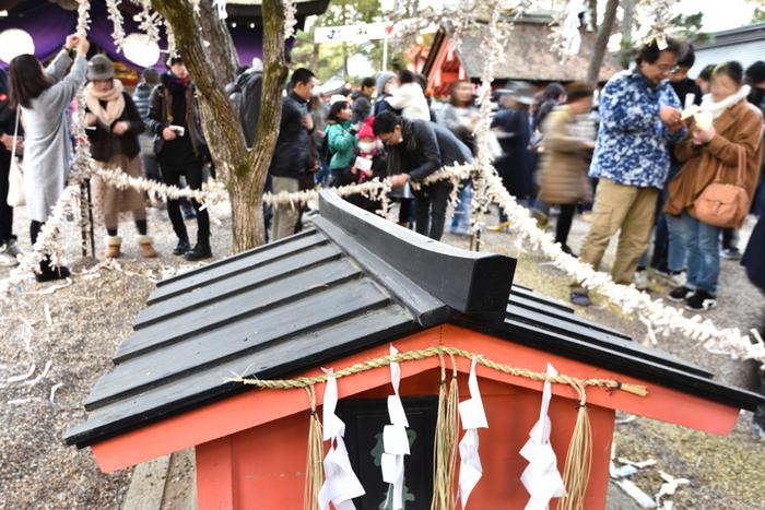 大阪府にある神社の中でも住吉大社は、初詣スポットとして屈指の人気を誇り、毎年大晦日からお正月にかけて大勢の参拝者で賑わいます。