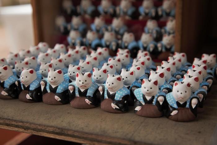 住吉大社の授与品の一つに、可愛らしい招き猫の置物があります。袴と裃姿で正装した猫たちは、右手で金運を、左手で人運を招いてくれるそうです。