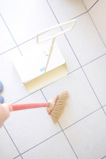 玄関に置かれている余計なものを片付けて、綺麗に掃き掃除&拭き掃除を。玄関の中だけでなく、外側の汚れも忘れずチェック!