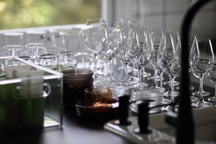 食器、グラス、箸やフォークなどのカトラリーを人数分より少し多めに準備しておきます。テーブルクロスやランチョンマットなどを使って食器のスベリ防止をしておくのも配慮のひとつ。