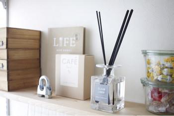 他人の家で一番気になるのは実は家自体の匂い。自分では気にならないような匂いも気になる人には気になるものです。お客さまがくる前に部屋の換気を行い、場合によっては消臭剤やルームフレグランスを要所要所に用意しておきましょう。