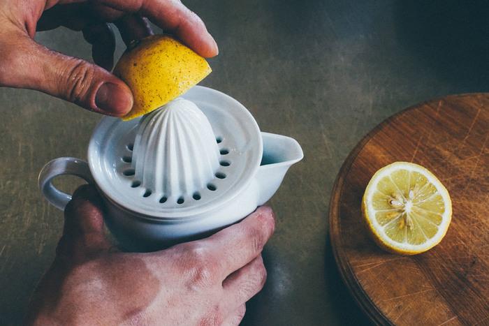 最後の一滴までストレスなく絞りきれるよう、何度も実験を繰り返し、ようやく完成した絞り器のかたち。レモンの種などは上の受け皿に残るので、果汁だけを綺麗に濾しとれます。ポットの容量はレモン一個を絞っても余裕があるので、そのまま醤油や出汁を合わせてタレやドレッシングなどを作ることも可能です。お洒落なデザインと機能性を両立させた東屋のジューサーは、日本の手仕事ならではの繊細さと温かみを感じることができる逸品です。