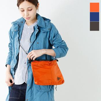 すっきりとした形の「アンドワンダー」のサコッシュバッグ。サコッシュバッグにしては少し大きめなので、必要最小限+αのものが収まります。ドローコードの柄がアウトドアらしさを感じさせますね。長さの調節も簡単です。