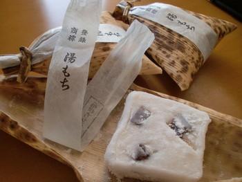 白玉粉で作られた柔らかなお餅は、柚子の風味がアクセントになっています。中に透けて見える黒い部分は羊羹で、面白い食感を楽しめますよ。
