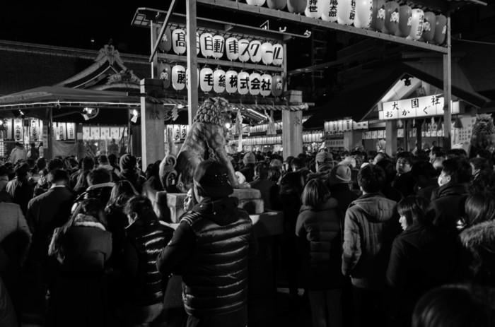 毎年1月9日から1月11日までの3日間は、「十日戎」と呼ばれるお祭りが開催されます。「商売繁盛で笹もってこい」という威勢のいい掛け声と福笹の授与でみなぎる活気で大阪ミナミをにぎわせる十日戎は、お正月の風物詩となっています。