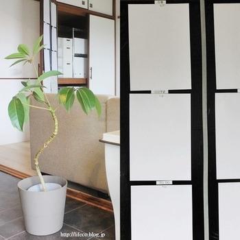 近々の予定や持参物など親子ともに把握しておきたい書類は、見やすいよう貼っておきたいですね。こちらのブロガーさん宅では、収納扉の裏に貼ることで、生活感のない素敵なリビングを保っていらっしゃいます。