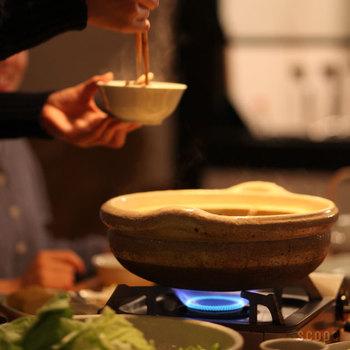 鍋料理のように、素材を準備しておけば後は卓上で調理できるものは手がかからない上に美味しくできておすすめです。鍋のほかに、ホットプレートなども活用しましょう。