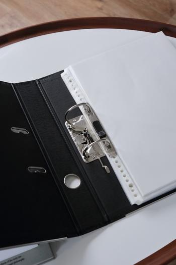 リング部分も様々な種類がありますよ。がっちりホールドでき、落としても書類の散乱を防ぐダブルロックタイプ、開閉が簡単なワンタッチタイプ、リングが邪魔にならないよう上下のみに付いているタイプ。用途に合わせて選んでみてくださいね。