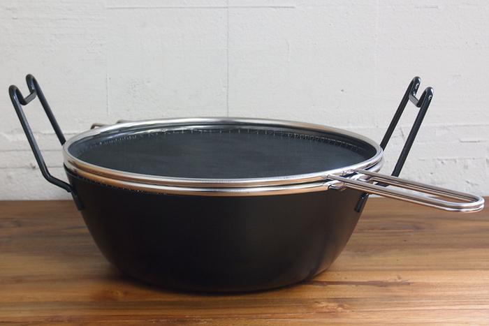 まず、大切なのは専用の揚げ鍋。こちらのラバーゼは、料理研究家・有元葉子さんプロデュースで使いやすさに定評のあるシリーズです。揚げ物にまつわる色々なストレスが解消され、余り揚げ物の得意でない方でも上手にからっと揚げられます。