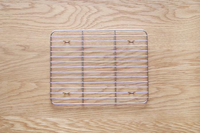 バットに欠かせないパートナーが、金アミです。新潟県の燕市でステンレスのキッチン用品を作る工房アイザワの角バット用アミはクリーンなステンレス製で、溶接仕上げも美しく、しっかりとしています。