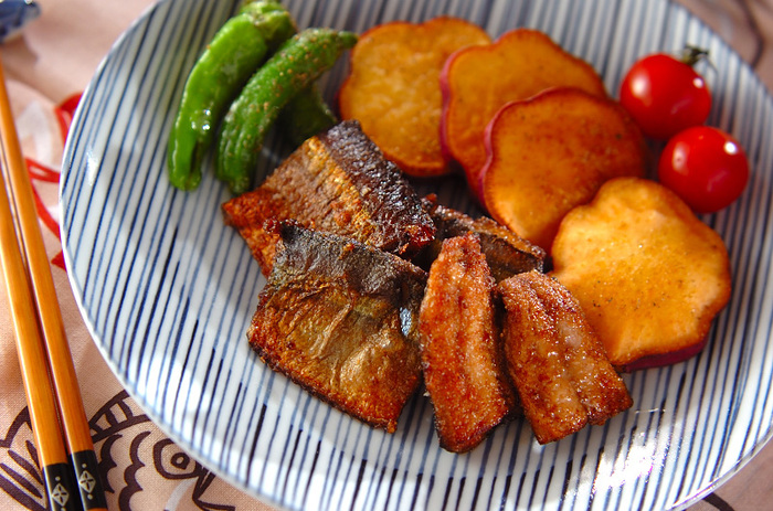 サンマの水揚げが少なく、お値段も高いお魚になってしまいました。でも旬のものって食べたいですよね。そんな時はからっと揚げて頂きましょう! 小さいサンマでもこれなら贅沢な一皿に仕上がります。しっかり下味をつけて油で揚げると、生臭さも無くなります。