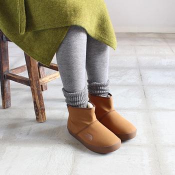 寒い季節に大活躍のショートブーツ。つま先まで付いたファーで暖かく快適です。外側は撥水加工を施しているので、雪道でも濡れが軽減されます。ムートンブーツのような感覚で普段使いにピッタリです。