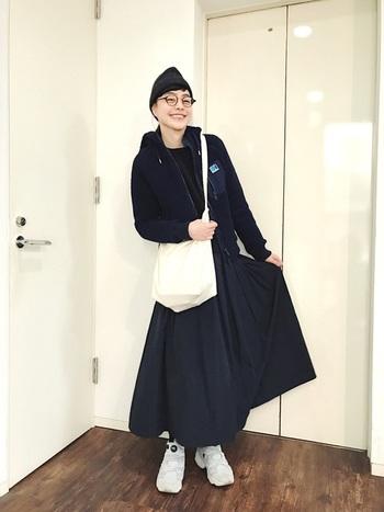 ヘリ―ハンセンのフリースジャケットをメインに、ロングスカートで着こなしたワントーンコーデ。ユニセックスなジャケットも女性らしい雰囲気になりますね。