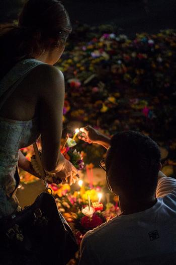 日が暮れるころ、チェンマイを流れるピン川で、クラトン(灯籠)流しがはじまります。水の精霊に感謝をささげ、自分に宿る穢れを水に流して魂を清めるためにクラトンを流すのだそう。日本の灯籠流しとは少し違いますね。