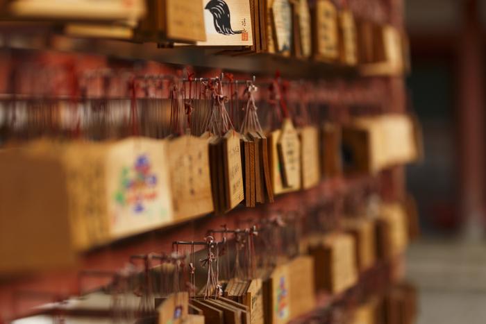 古くから、数々の名将が必勝祈願のために参拝に訪れていた石清水八幡宮には、厄除け、開運などのご利益があることで知られています。境内には、多くの参拝者が綴った無数の絵馬が掲げられています。