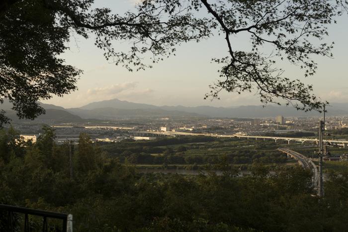 男山山頂に鎮座する石清水八幡宮の境内からは、八幡市内を一望することができます。