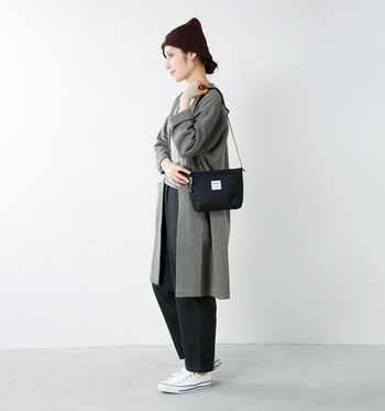 パンツ×ニット帽というカジュアルスタイルに、黒色のミニショルダーバッグを合わせた着こなし。アクティブに活動したい日には、動きやすさ重視のこんなコーデもおすすめです。