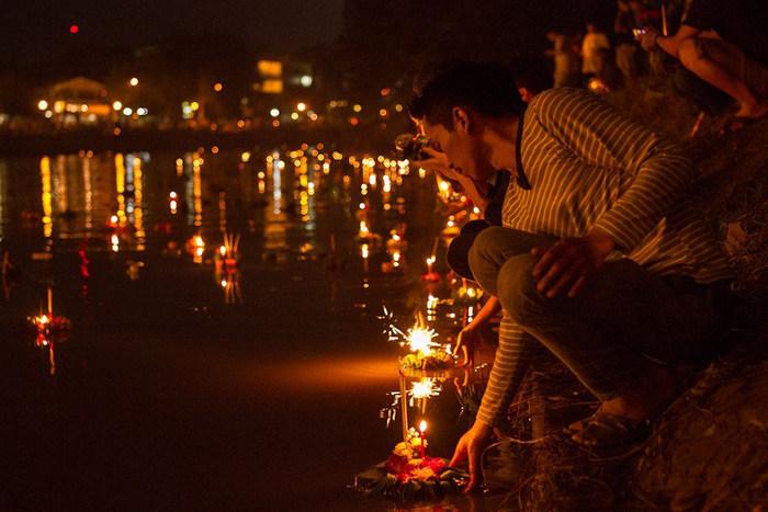 早速ですが、タイのお祭り・ロイクラトン/Loy Krathongは、【ロイ/Loy(浮かべる、流す)】と【クラトン/Krathong(灯籠)】という言葉からできています。その名の通り、川にバナナの葉や鮮やかな色紙で作った灯籠を流して、自然の恵みに感謝し、川の女神プラ・メー・コンカーに祈りをささげるお祭りです。