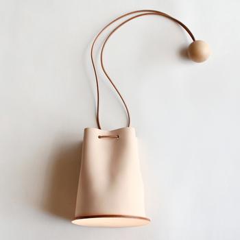 巾着のような形をしている、ユニークなデザインのBuilding Block(ビルディングブロック)のミニショルダーバッグです。ショルダーストラップには丸い木の球体がアクセサリーのように添えられていて、シンプルながらもおしゃれな印象を与えてくれます。