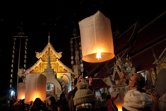 そして「イーペン祭」の期間中、決められた時間の中で『コムローイ』という紙で作られた熱気球を飛ばすことができるのですが、実はこの習慣は別のお祭りからはじまったものなのだとか。