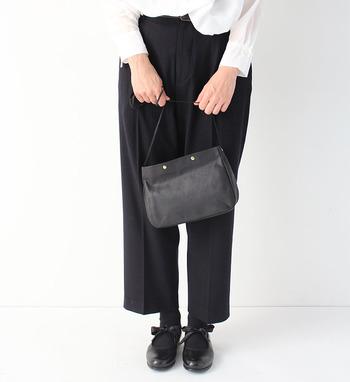 素敵な大人の女性が持っている、コンパクトなミニショルダーバッグ。 コロンとした形がとってもキュートなミニショルダーバッグは、ちょっとしたお出かけなどにも重宝する優秀アイテムです。