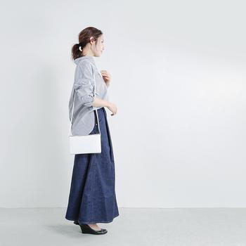 シャツ×デニムスカートに、白色のミニショルダーバッグを合わせた着こなし。ゆるっとした印象のアイテム同士にスマートなミニショルダーバッグは、引き締め感をプラスすることができますね。