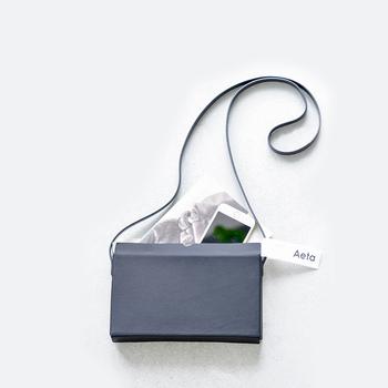素材の革にこだわって作られた、四角い形がスマートな印象のAeta(アエタ)のミニショルダーバッグです。黒色で潔い程のシンプルさを感じるアイテムは、どんな服に合わせても馴染んでくれる優秀バッグと言えますね。
