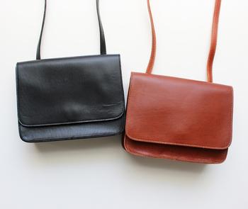 内側と外側に、ポケットが一つずつ付けられているLE_BAS(ルバス)のミニショルダー。レザーで作られたバッグは使用するほどに革が馴染んでいくので、使っていく期間によって素材に起きる変化を楽しめるのも魅力の一つですよね。
