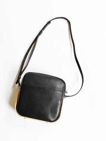 レザー素材で作られた、ころんとした四角が可愛い印象の_Fot(フォート)のミニショルダーバッグ。このバッグの底は天然素材の曲げ木で覆われているので、レザーでもかっこ良くなり過ぎません。