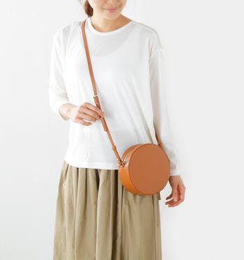 丸い形がキュートでシンプルなYAHKI(ヤーキ)のミニショルダーバッグ。どんなコーデにも合わせやすく、子供の頃を思い出してしまうような懐かしさのあるバッグです。