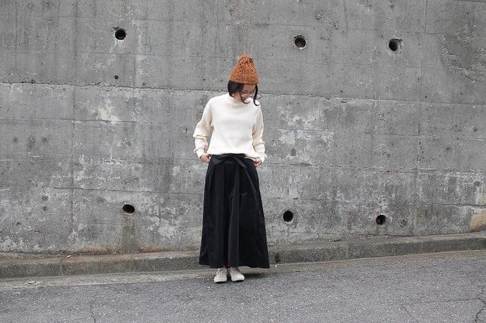 ボリュームのあるコーデュロイスカートは、シンプルに白のトップスと合わせて。ニット帽など小物で遊び心を加えましょう。