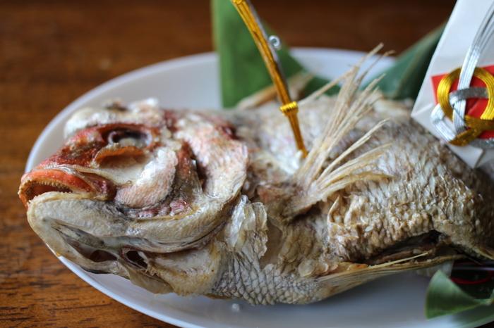 「めでたい」に通じる語呂合わせ。見た目にも豪華な尾頭付きの鯛は、お正月にふさわしいお料理の一つですね。普段の食卓には頻繁に上がらない料理だけに特別感が演出されます。また、大黒様が鯛を持っていることから七福神信仰とも結びついているといわれます。