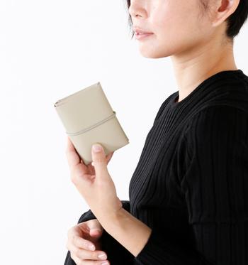 まず最初に見直すべきは財布です。ポイントカードやレシートでパンパンになっていませんか?今一度必要なものを見直して、必要最低限の中身にするだけで、すっきりとスマートになりますよ。 どうしても財布に溜め込んでしまいがちな方は、買い替えのタイミングであえてコンパクトなサイズのものに買い換えちゃうのもオススメです。