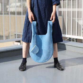 おしゃれな手荷物美人さんは、サブバッグもこだわります。もし荷物が増えそう…という時などの為にコンパクトに持ち運べるおしゃれなサブバッグがひとつあると便利。紙袋でいいや…といわずに素敵なサブバッグを活用するようにしましょう。