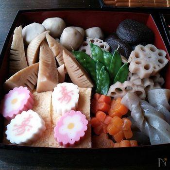 里芋(または八つ頭)は、子芋がたくさん付くことから、子宝、子孫繁栄という願いが込められています。また、れんこんはたくさんの穴が開いていることから、先が見える、見通しがよいことをあらわします。仏教では仏さまのいらっしゃる極楽の池に在る植物であることから、けがれのない食材として扱われているとか。