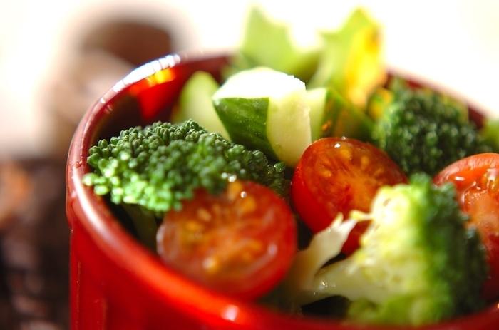 あなたが食べているその野菜、生産者はどこでどのようにして作られ、どうすればより美味しくいただけるのか?知らない人も多いのではないでしょうか?食の健康維持において、最も大事な栄養素、野菜に関する専門家を養成するのがこの野菜ソムリエです。生産者と消費者をつなぐ存在といってもよいでしょう。野菜を新鮮で美味しくいただく知識は、是非とも知っておきたい知識ですよね。飲食に関する仕事にもその知識や資格は大いに活かすことができるはずです。