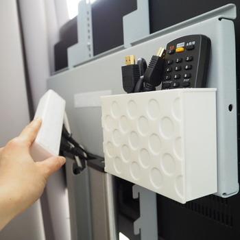 マジックテープでコンセントタップ自体をテレビの裏側にとりつけています。マジックテープは両面テープよりもしっかりとくっつくそうです。
