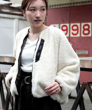 リバーシブルで着られるボアジャケットはトレンド感のあるデザイン。裏に返すとMA-1風に着られます。襟のないすっきりとしたデザインは、女性らしい着こなしにおすすめです。