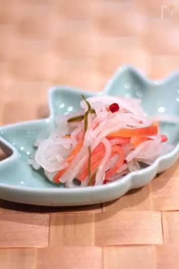 紅白の色は、水引の色をあらわしているといわれ、平安や平和を願う縁起物としておせち料理に加えます。なますには、香りのいい柚子を入れることも多いようですね。