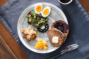 シイルトラプータルハ=市民農園という名のシリーズ。ワンプレートとして使用すると、料理の隙間からのぞく模様が美しい絵皿です。